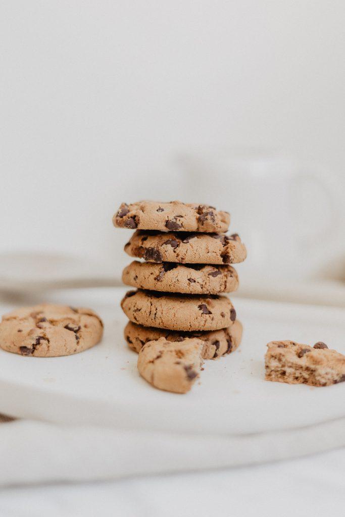 Une image des cookies empilés avec un fond blanc.