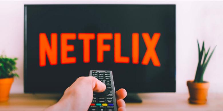 Image de quelqu'un qui s'apprête à visionner du contenu Netflix sur sa télévision.