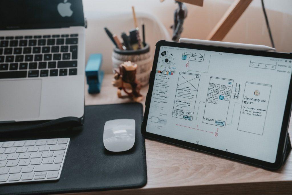 Tablette graphique et ordinateur portable présentant des ébauches de design UX