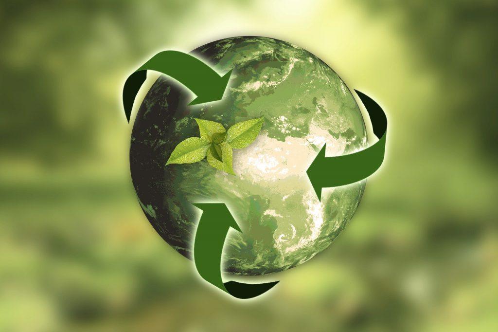 Planète terre verte entourée de trois flèches vertes représentant le recyclage